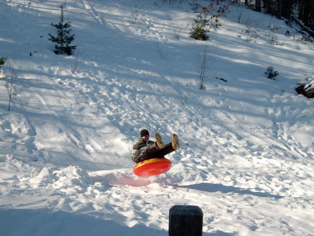 https://findmykids.org/blog/wp-content/uploads/2019/12/snow-tubing-1024x768.jpg